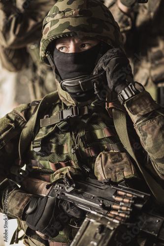 Fotografía  Masked armed soldiers in battle