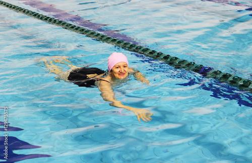 Plakat Kobieta w średnim wieku, pływanie w basenie