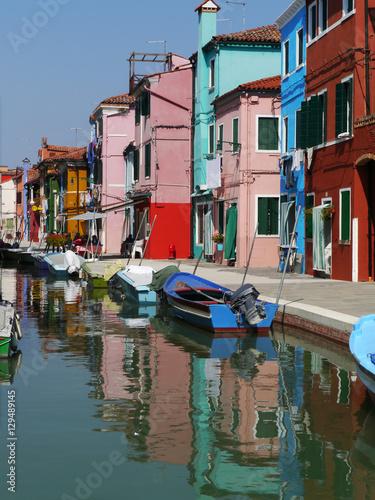 Farbenfrohe Häuserzeile auf der Insel Burano, Venedig Wallpaper Mural