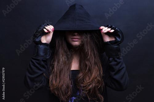 Fotografía  Young female model wearing sports hooded sweatshirt