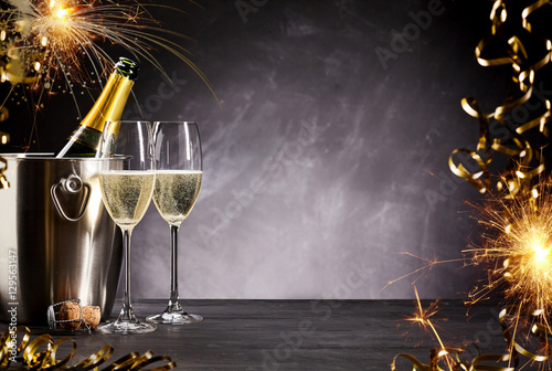 Photo  Romantic celebration with sparklers and champagne