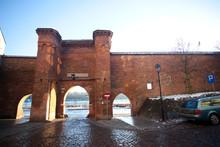 Gotycka Brama Żeglarska Widziana Od Wewnętrznej Strony Murów, Toruń, Polska