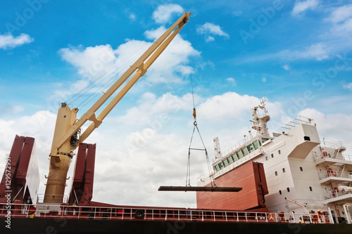 Foto  Steel industry shipping at port