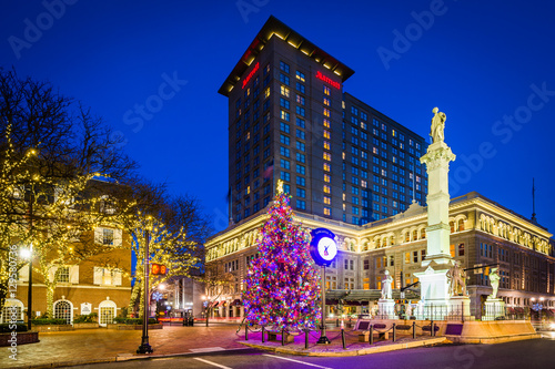 Fotografie, Obraz Christmas tree and buildings at Penn Square at night, in Lancast