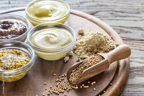 Photo Different kinds of mustard on the wooden background