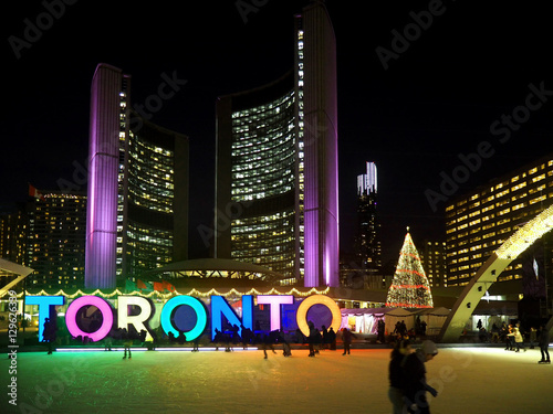 Fotografia  TORONTO  City Hall skating ring and its colorful lights are a popular winter att