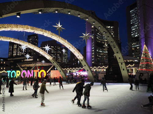 Fotografia  TORONTO -  City Hall skating ring and its colorful lights are a popular winter a