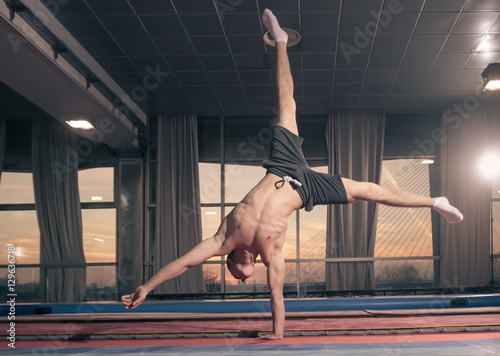 Poster de jardin Gymnastique Young man one hand cartwheel