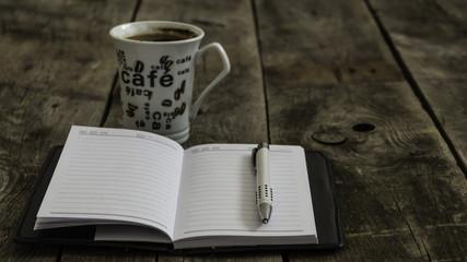 Kubek kawy z notesem i dług...