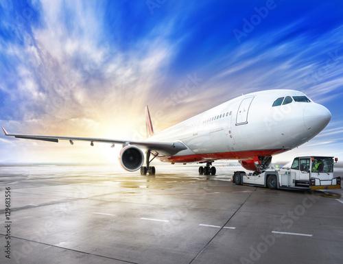 Poster Avion à Moteur airliner on a runway