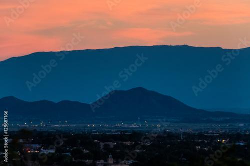 Naklejka premium Antenowe pejzaż Santa Fe w Nowym Meksyku z góry podczas zachodu słońca różowy i niebieski