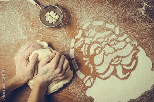 Kobiece ręce naciskając ciasto i zrobić świąteczne ciasteczka