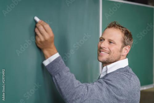 Papel de parede lehrer schreibt an die tafel