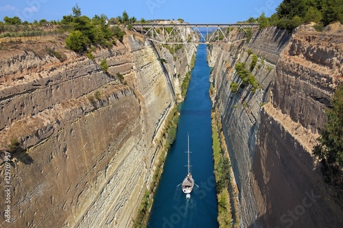 Sail boat crosses the Corinth channel in Greece Canvas-taulu