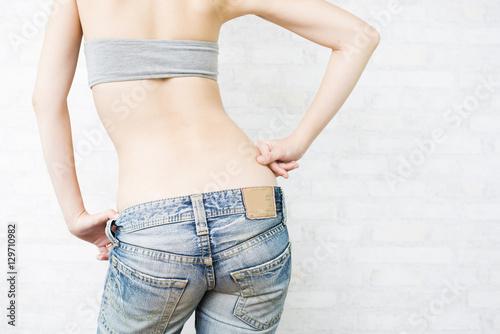 Plakat Widok z tyłu kobiety z ręką na plecach