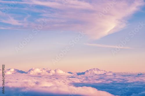 streszczenie-tlo-z-chmurami-rozowy-fioletowy-i-niebieski-kolor-zmierzchu-niebo-nad-chmury-marzycielski-fantasy-tlo-w-delikatnych-pastelowych-kolorach