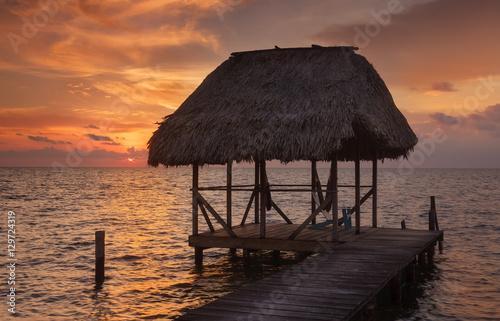 In de dag Ochtendgloren Belize Hut During Sunset