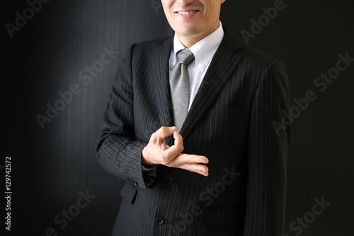 Photo お金のジェスチャーをする男性