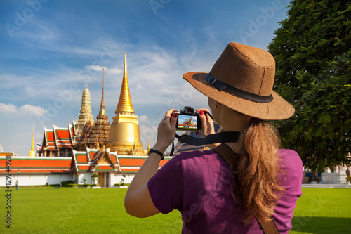 Photo  Woman tourist with camera in Bangkok