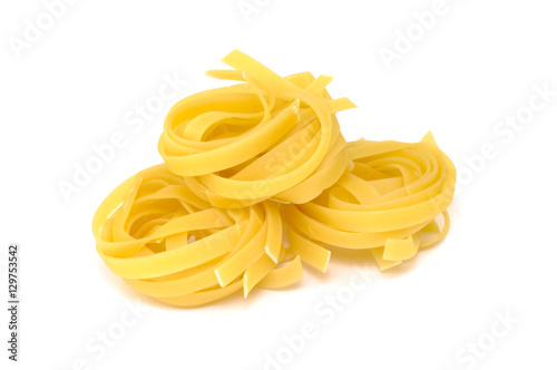 Fotomural  Tagliatelle pasta isolated on white background