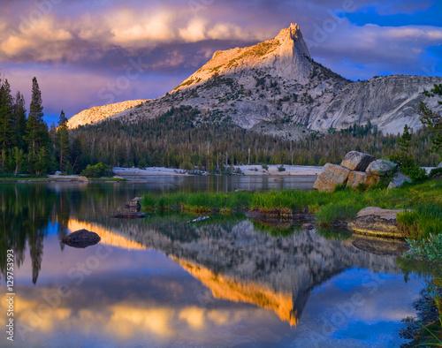Valokuva  Cathedral Peak and Lake. Yosemite National Park.