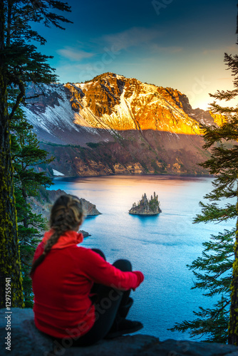 Valokuva  Woman looking at Phantom Rock Crater Lake Oregon