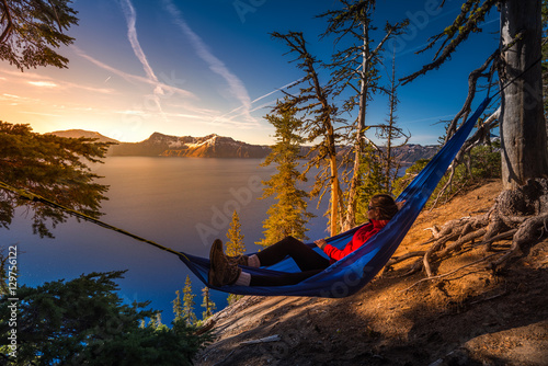 Photographie Women Relaxing in Hammock Crater Lake Oregon