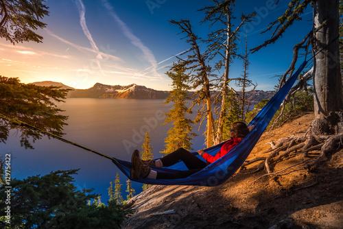Carta da parati Women Relaxing in Hammock Crater Lake Oregon