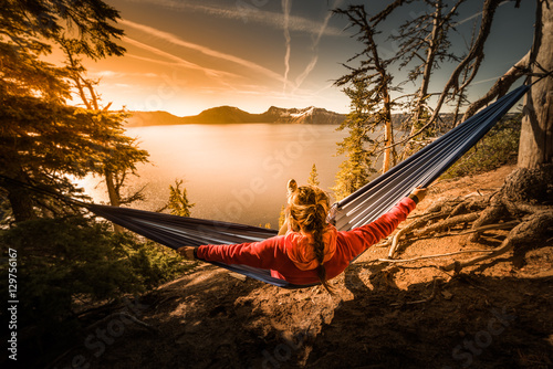 Foto op Aluminium Ontspanning Women Relaxing in Hammock Crater Lake Oregon