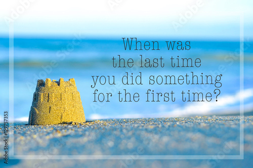 Fotografía  Inspirational motivating quote on blur beach view with sand castle