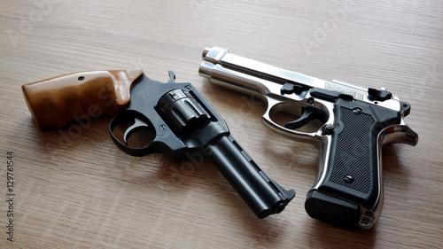 Carta da parati Two pistols on wooden board.