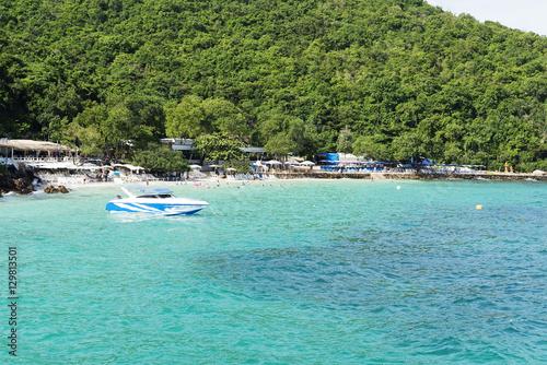 In de dag Groene koraal Clean sea and beach.