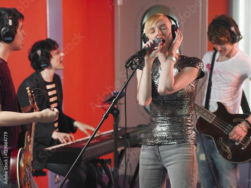 In de dag Muziekband Young rock band recording a track in a studio