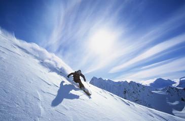 Puna dužina skijaša na skijanju na svježem snijegu u prahu