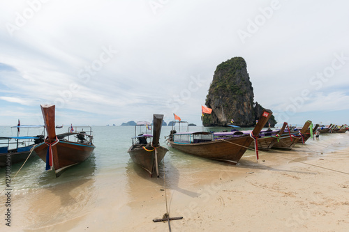 Foto auf Acrylglas Many long-tail boats on Rai Lay beach.