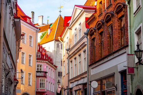 Cuadros en Lienzo  Street view with gate tower in the old town of Tallinn, Estonia