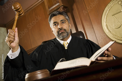 Photographie Male judge knocking gavel in the courtroom