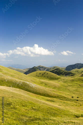 Fotografia Panoramic view of beautiful landscape with Gran Sasso d'Italia peak at Campo Imp