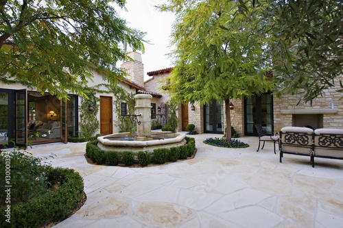 Photo View of courtyard with fountain