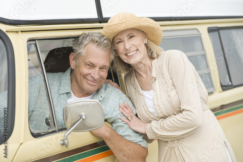 Photo  Portrait of happy senior couple with campervan