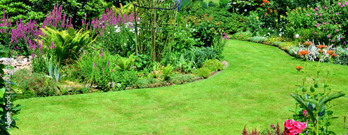 Photo sur Toile Vert Gartenansicht mit Rasenfläche