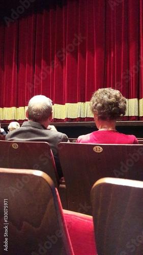 Coppia di anziani a teatro