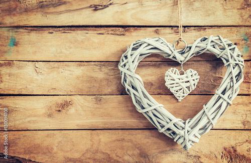 Foto-Plissee - Two wooden rustic decorative hearts hanging on vintage wooden ba (von tortoon)