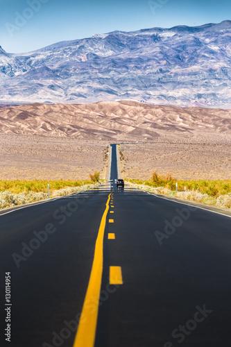 niekonczacy-sie-prosta-droga-w-smiertelnym-dolinnym-parku-narodowym-kalifornia-usa