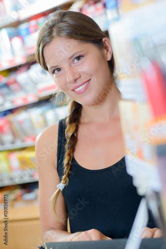 Fotografía Lady in tobacconist, typing on keyboard