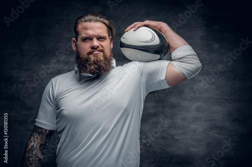 Plakat Brodaty rugby gracz trzyma piłkę do gry.