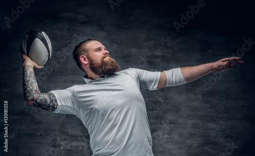 Plakat Brutalny brodaty gracz rugby w akcji.