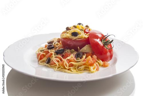 Photo pasta fredda spaghetti con pomodoro ripieno e verdure