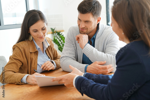 Photo Couple meeting financial adviser for home investment contract