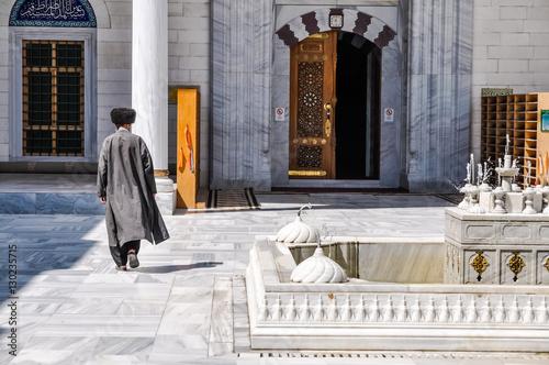 Photo Walking man in Ashgabat